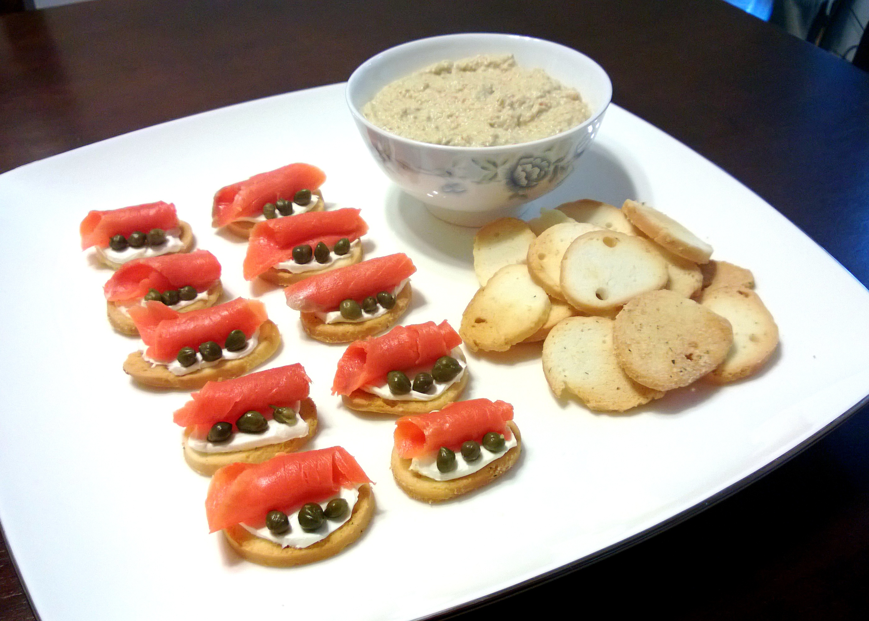 Smoked salmon cream cheese bagel crisps fructose for Canape fillings