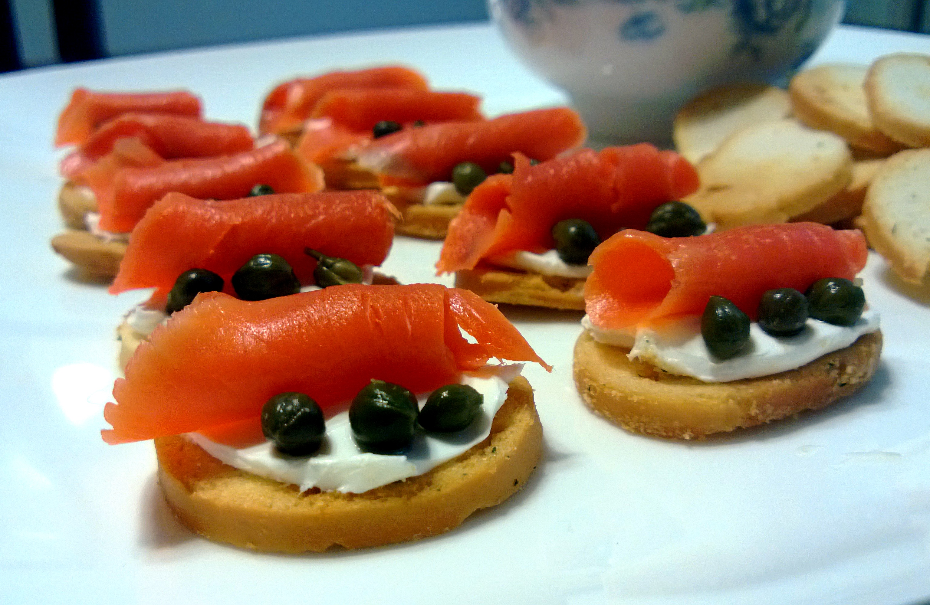 Smoked salmon cream cheese bagel crisps fructose for Types of canape